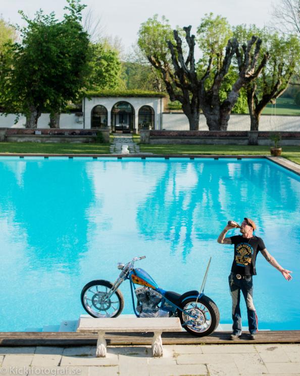 _DSC1698_kicki_fotograf_haringe_slott_chopper_custom_made_bike_show_norrtalje_biker_jolly_juper_lucky_luke_nikon_leica_portra_pool_sissy_bar_sissybar_
